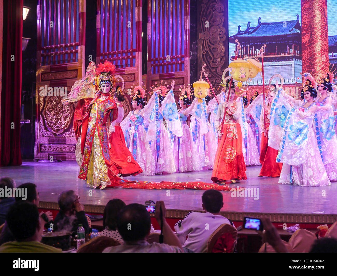 Traditional Chinese dance troop performing - Stock Image