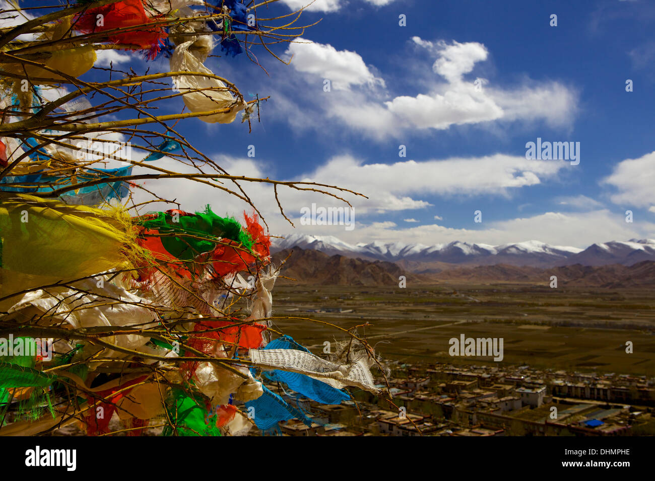Prayer flags with mountains and the city of Gyantse (Gyangtse) in background, Tibet, China, Asia - Stock Image