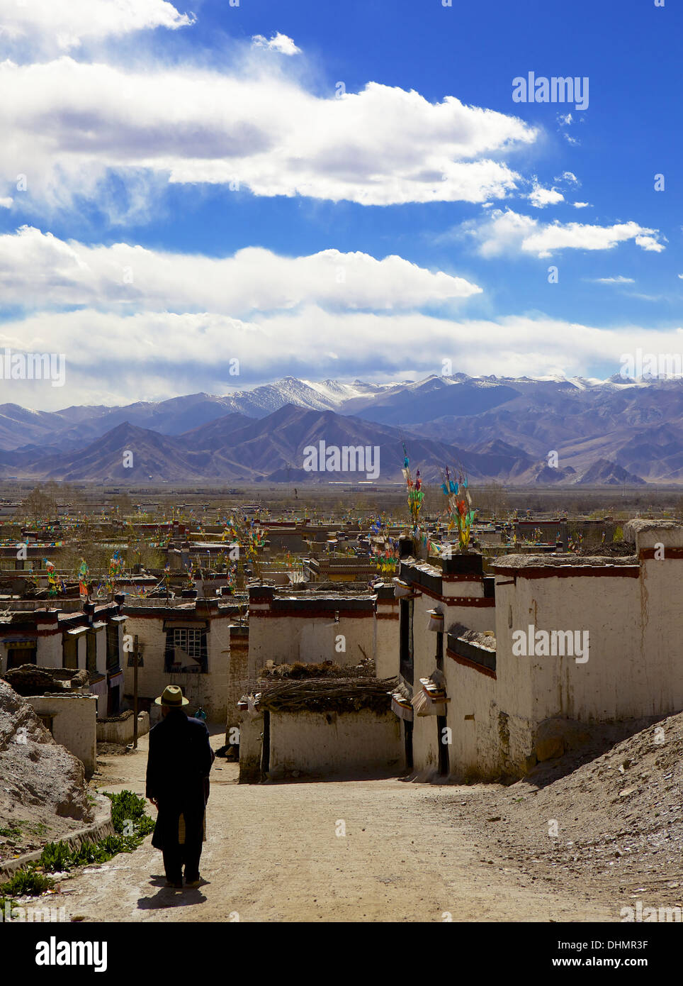 Traditional Tibetan houses in old village area, Gyantse (Gyangtse) with mountain range in background, Tibet, China, Asia - Stock Image