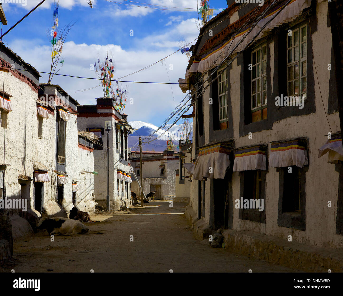The Tibetan city of Gyantse (Gyangtse) with mountain range in background, Tibet, China, Asia - Stock Image