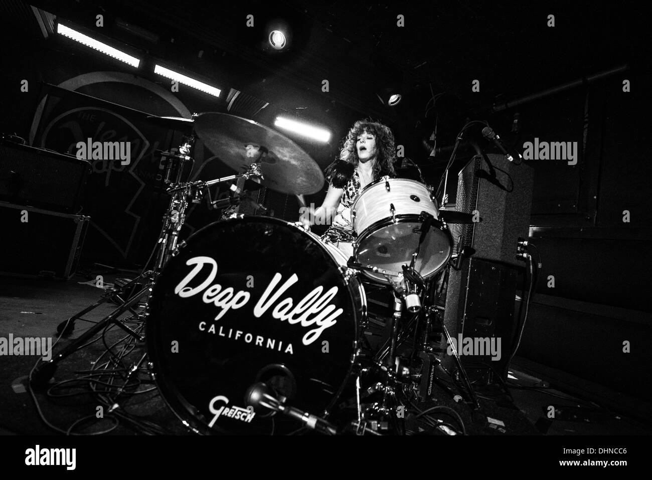 Glasgow, Scotland, UK. 12th November 2013. Julie Edwards of Deap Vally performs at Oran Mor in Glasgow, Scotland, UNITED KINGDOM - NOVEMBER 12: 2013 © Sam Kovak/Alamy Live News - Stock Image