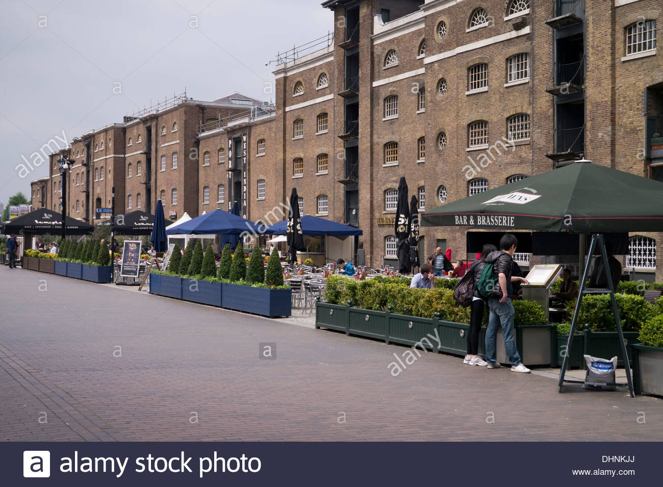 Cafes and restaurants fronting West India Quay: London. - Stock Image
