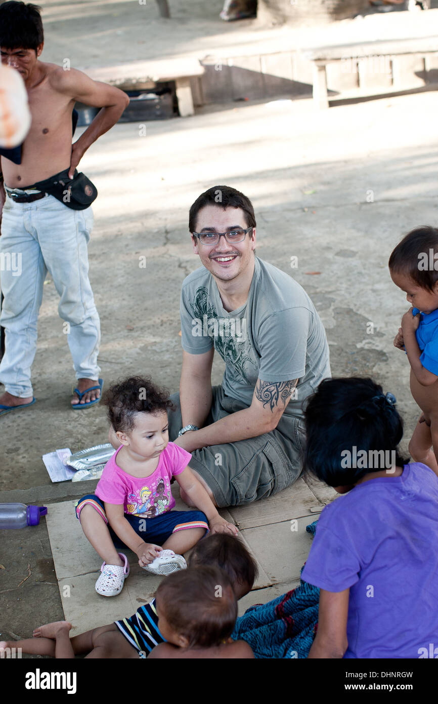 OMFer Pascal and his young daughter meet with some of the homeless community in Davao. - Stock Image