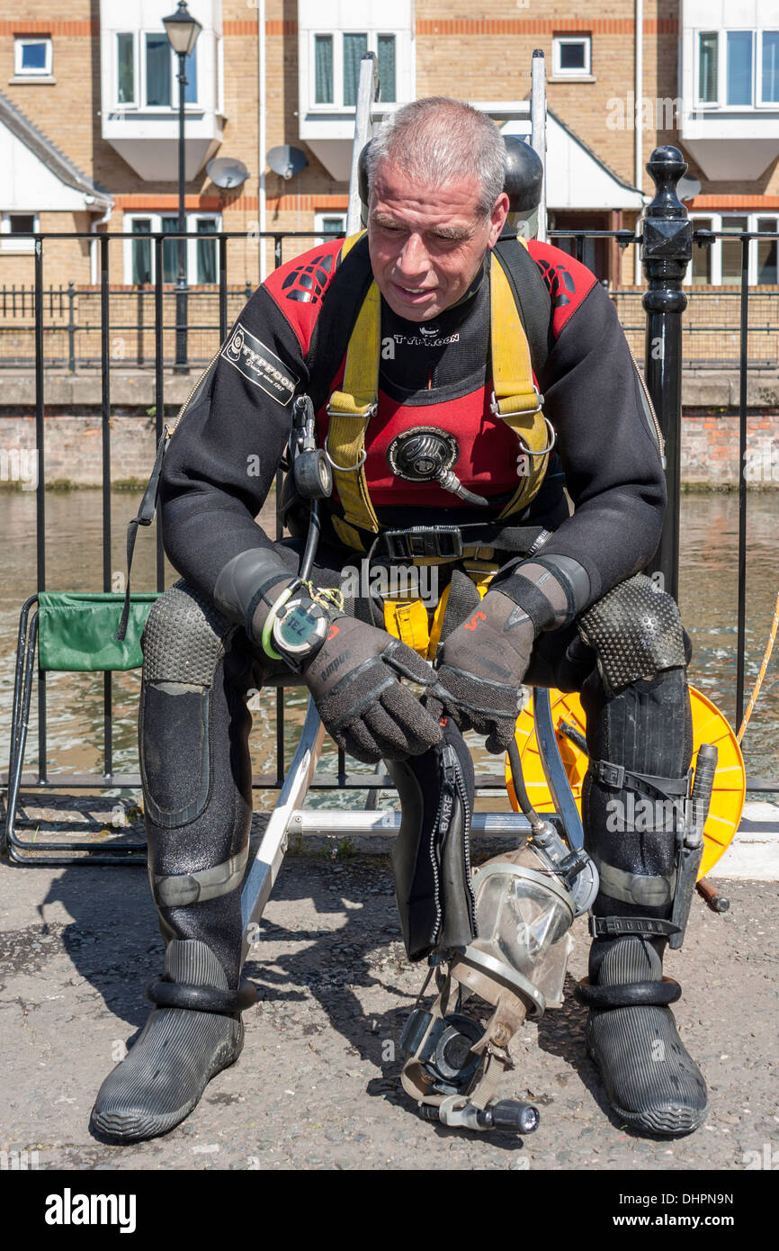 Thames Valley Police specialist search and recovery team diver dries out and warms up after diving in the river Kennet. - Stock Image
