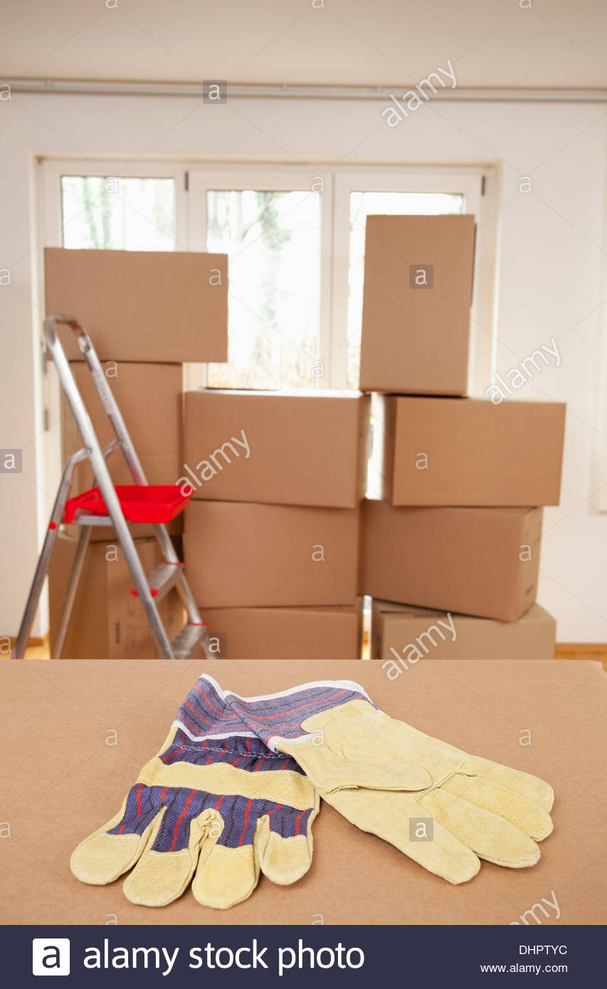 Cardboard box room packing nobody empty ladder - Stock Image