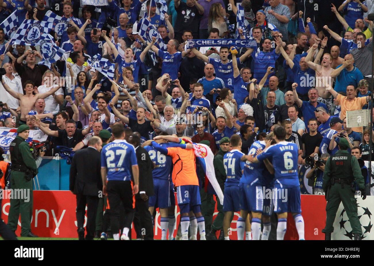 Chelsea fans celebrate The 2012 UEFA Champions League final match ...