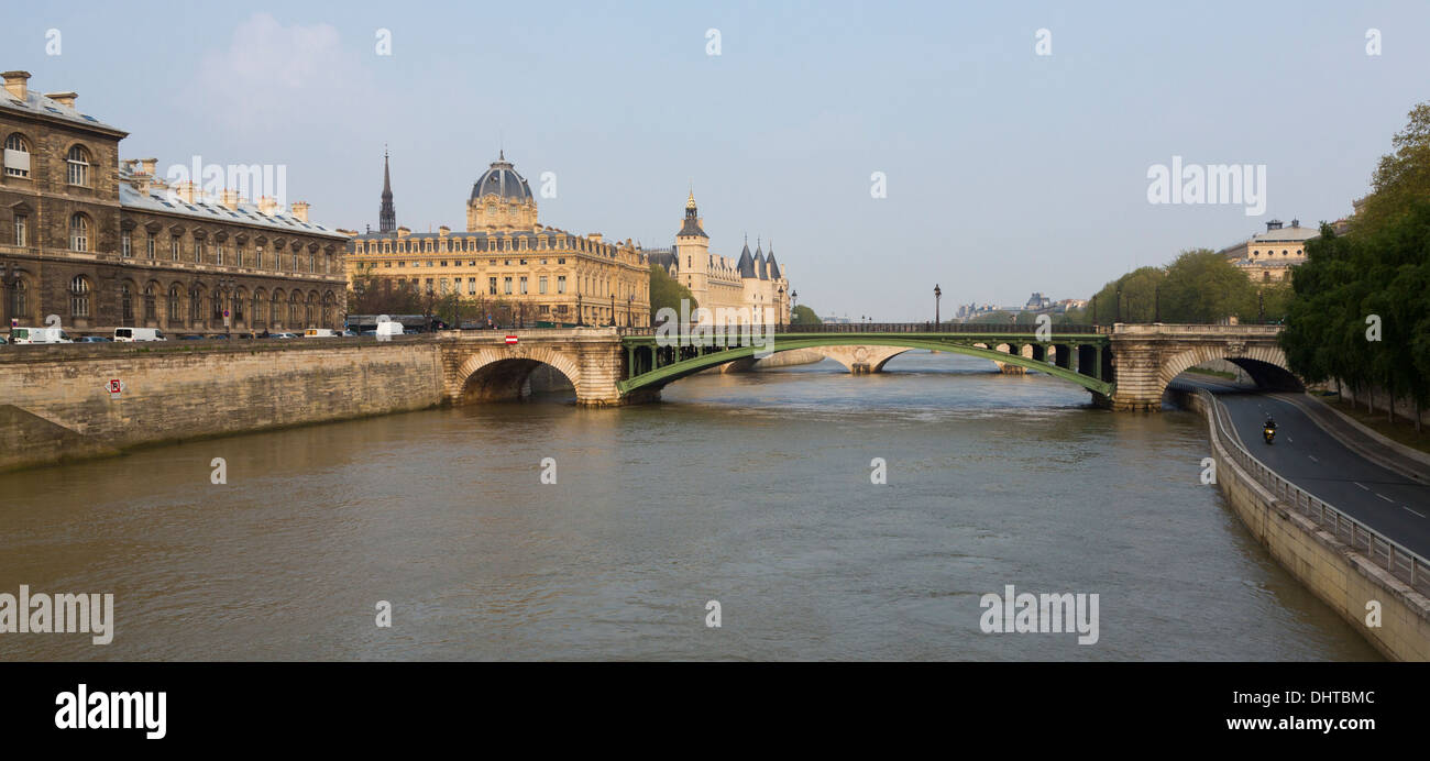 Bridge over the Seine river in Paris, France on an overcast day. - Stock Image