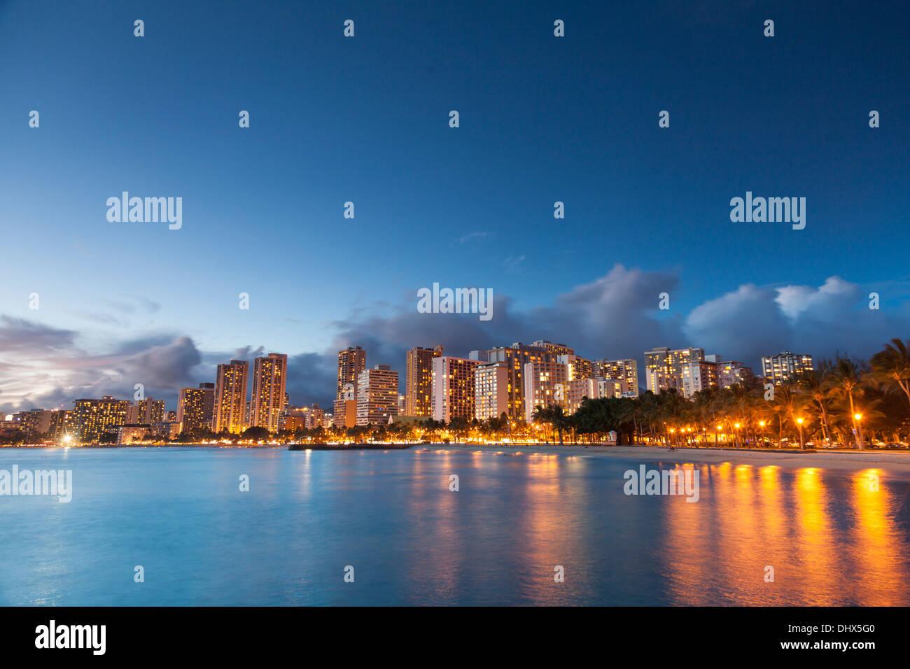 USA, Hawaii, Oahu, Honolulu, Waikiki Beach and Honolulu Skyline - Stock Image
