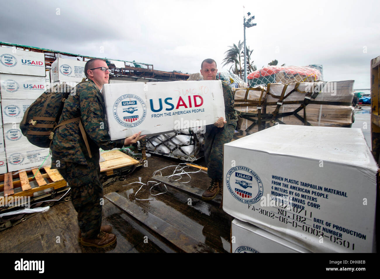US Marines load emergency supplies onto an MV-22 Osprey aircraft in support of Typhoon Haiyan relief efforts November 14, 2013 in Tacloban, Philippines. - Stock Image