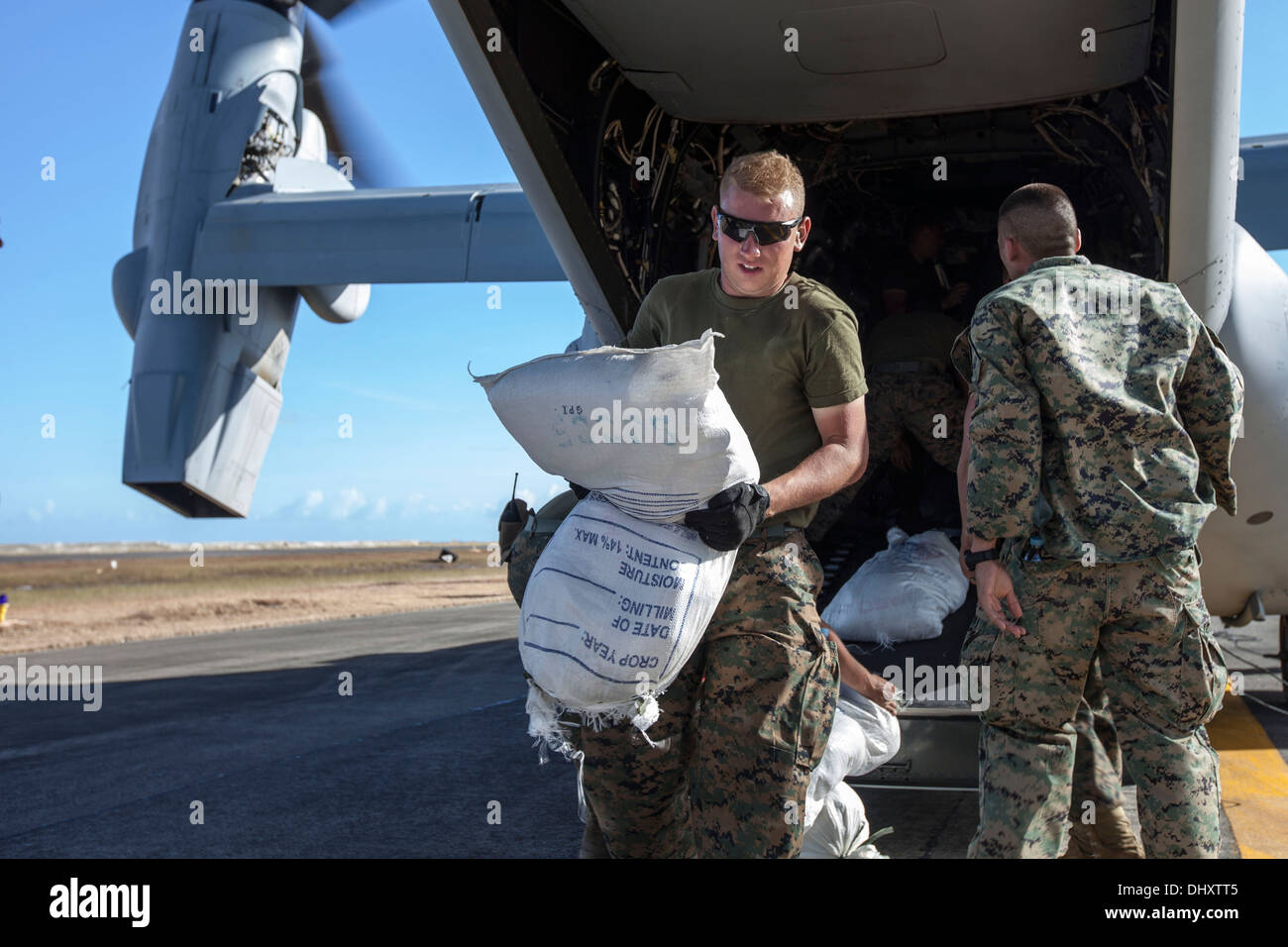 Marines with Marine Medium Tiltrotor Squadron 262, 1st Marine Air Wing, offload relief supplies at Tacloban Air Stock Photo