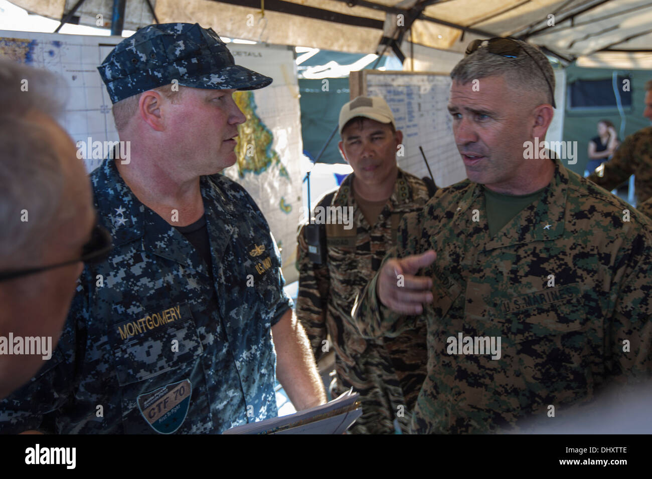 Brigadier General Paul J. Kennedy (right), commanding general of 3rd Marine Expeditionary Brigade, speaks with Rear Admiral Mark - Stock Image