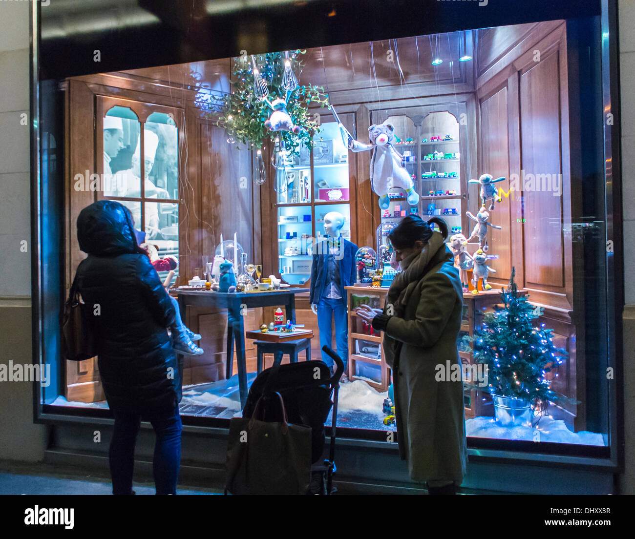 Paris, France. French Department Store, People Window Shopping, Christmas Decorations, BHV/Marais © Directphoto.org - Stock Image