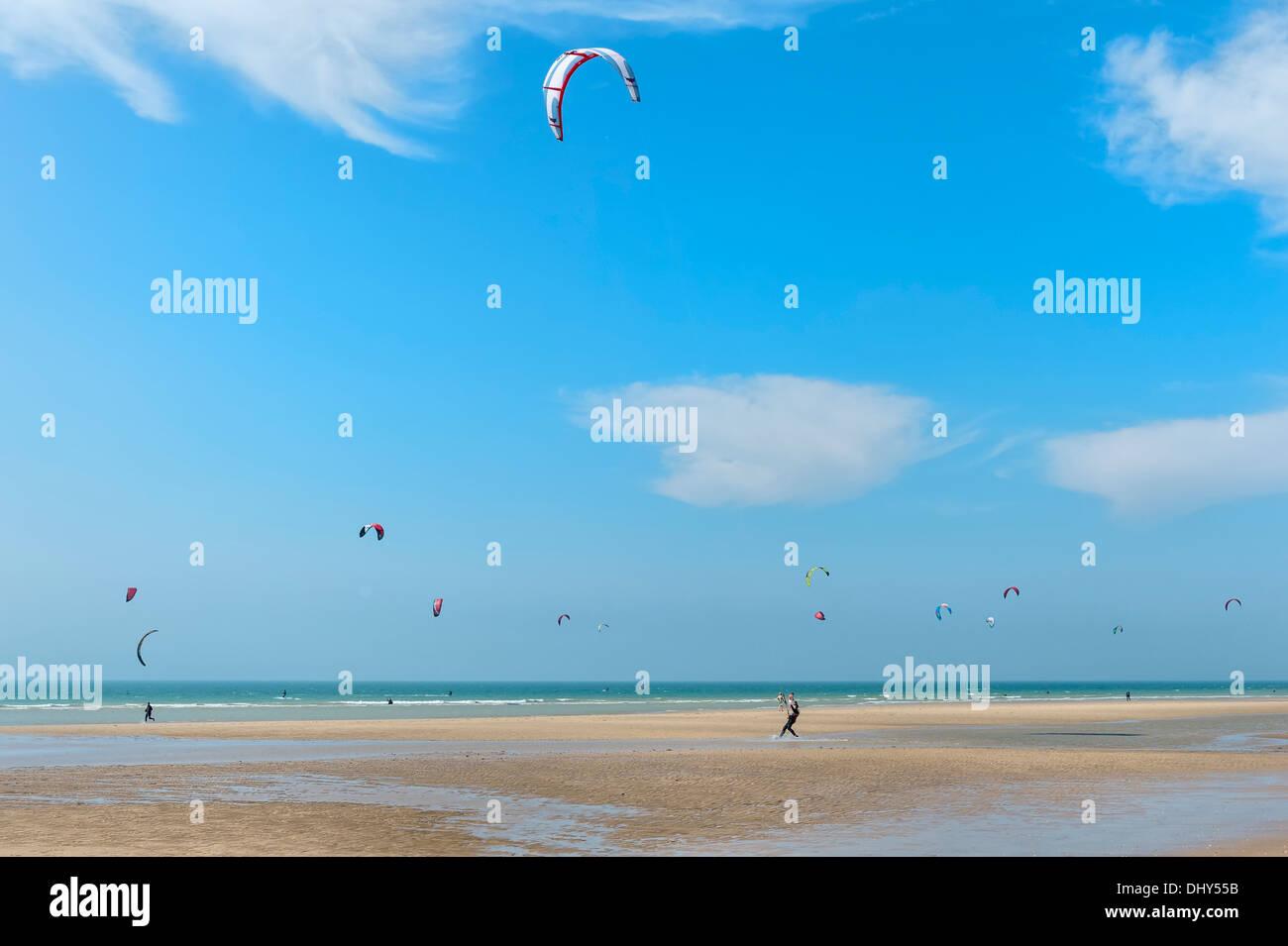Kite surfers on the Wissant beach, Côte d'Opale, Region Nord-Pas de Calais, France - Stock Image