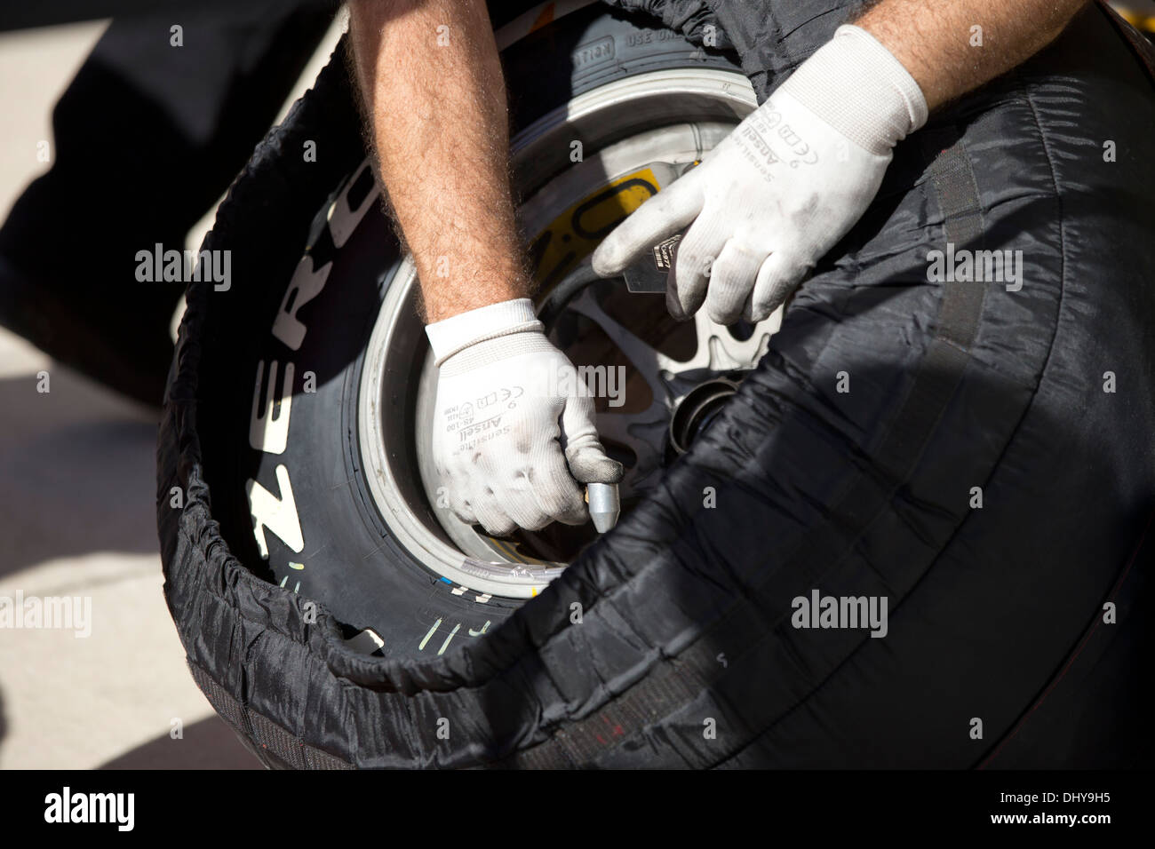 Mechanic checks temperature of tire during pit action at practice session for the Formula1 United States Grand Prix Stock Photo