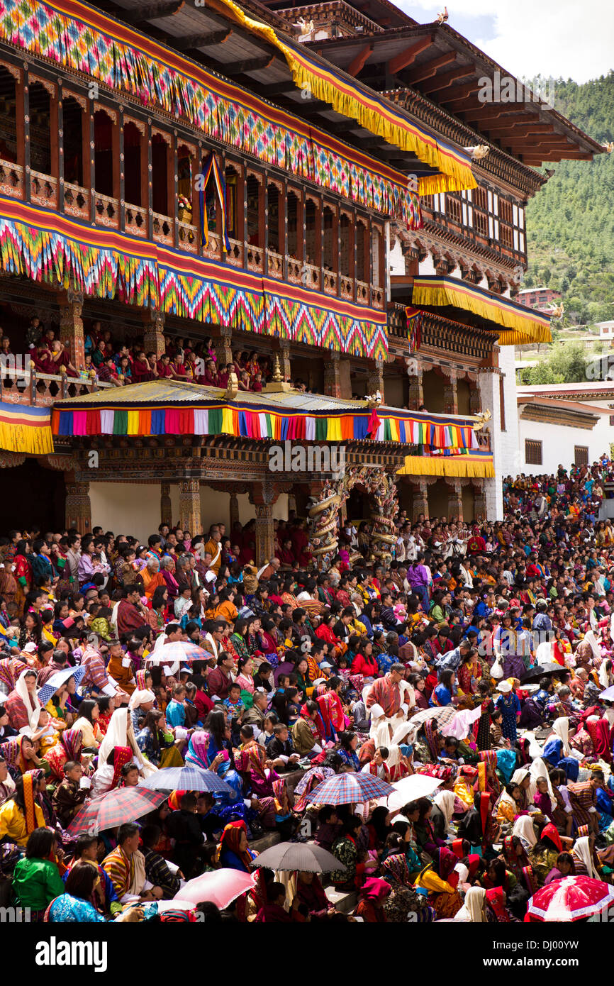 Bhutan, Thimpu Dzong, annual Tsechu, festival capacity crowd in front of Dzong - Stock Image