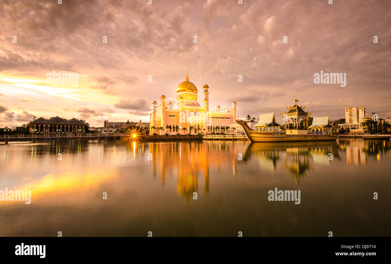 The Sultan Omar Ali Saifuddien Mosque reflected in the gorgeous evening light - Stock Image