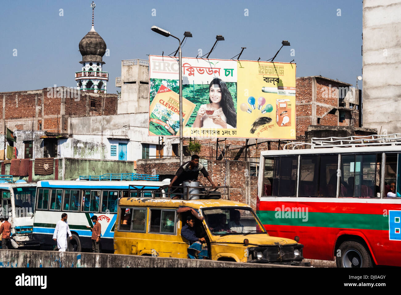 Heavy traffic, minaret and huge tea billboard on central Dhaka, Bangladesh - Stock Image