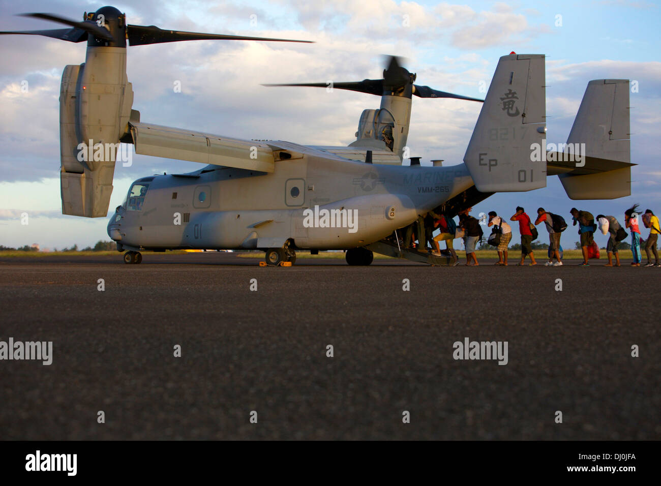 LEYTE, Republic of the Philippines— Philippine citizens board an MV-22B Osprey at Tacloban Air Base, Nov. 16 as part of Operatio - Stock Image
