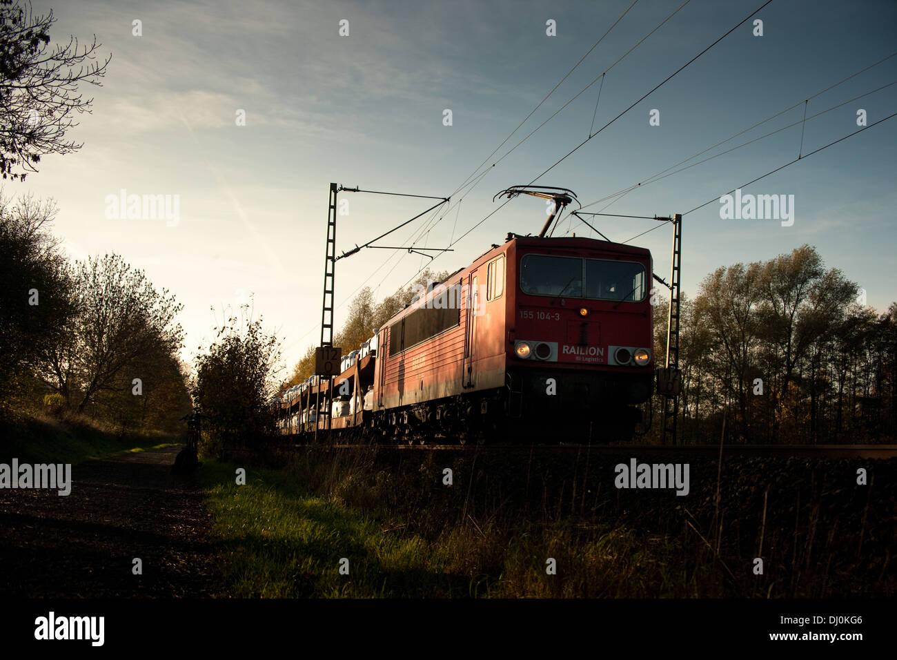 BR155 155 104-3 der DB mit einem Autotransportzug auf der Rollbahn (KBS385 Wanne Eikel-Hamburg KM112_0) b. Osnabrück Nov 2013 - Stock Image