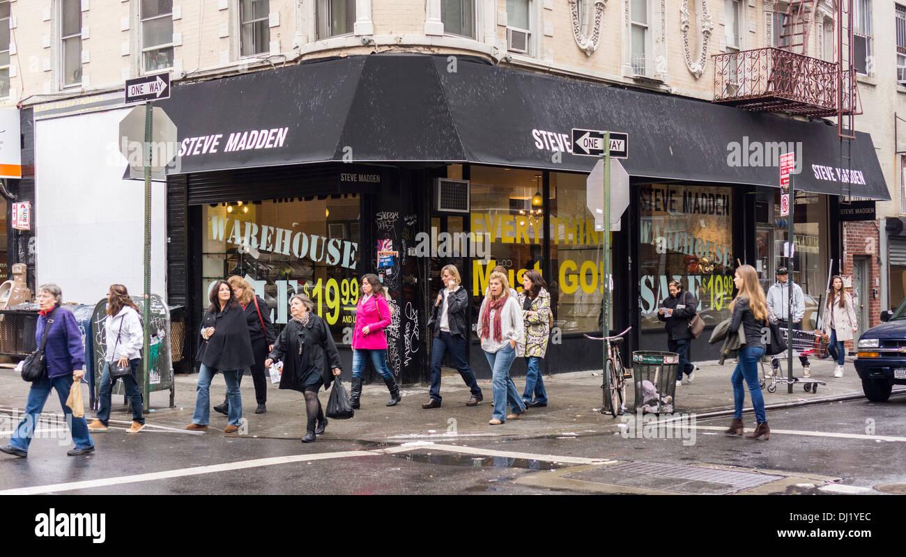 Leyenda evaluar imperdonable  The Steve Madden shoe store in the Lower East Side neighborhood of ...