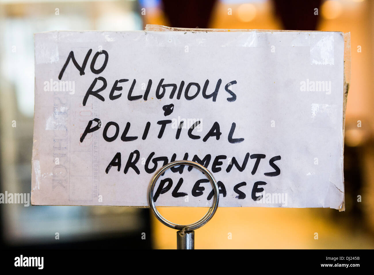 Handwritten sign that says 'No religious & political arguments please.' - Stock Image
