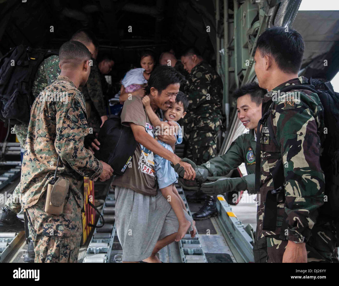U.S. Marine Corps Cpl. Cannon and Members of the Philippine Armed Forces Help People Displaced by Typhoon Haiyan - Stock Image
