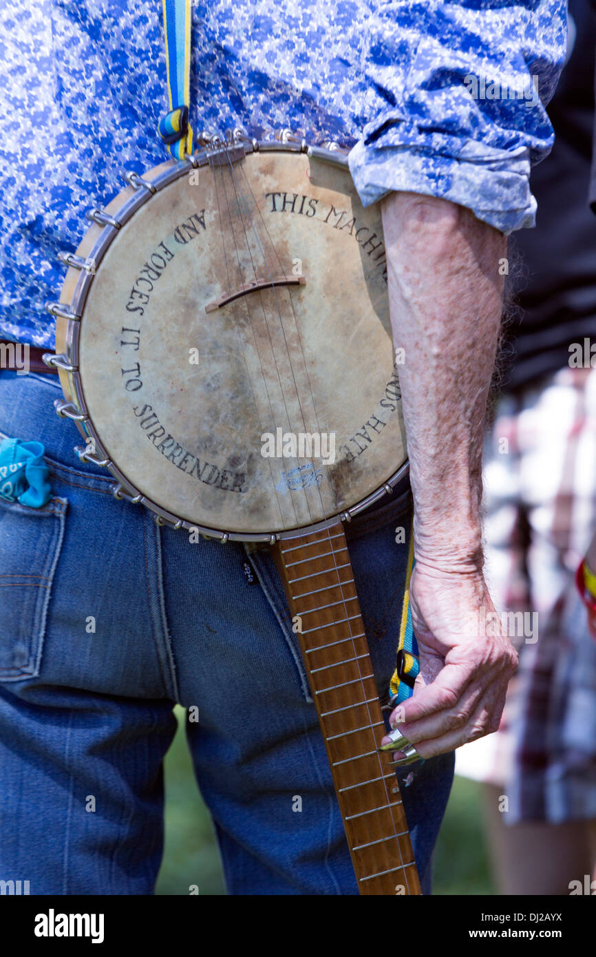 Pete Seeger banjo with 'This machine surrounds hate and forces it to surrender',  at the Solar Expo Jam folk festival, Vernon, - Stock Image