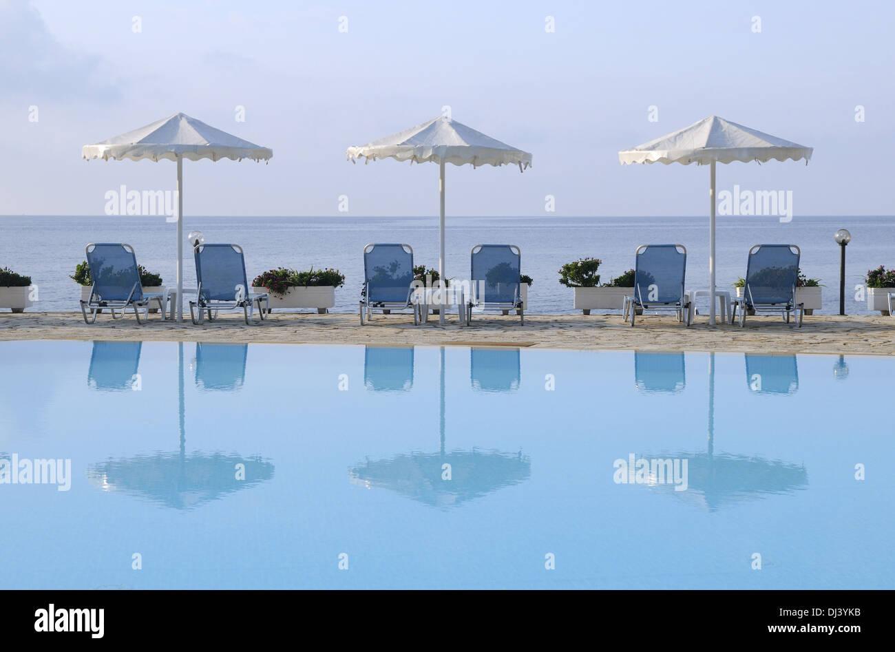 Sonnenschirme am Swimming-Pool Stock Photo