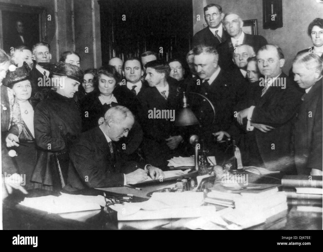 Governor James P. Goodrich of Indiana, and prominent 'dry' workers, signing the state-wide prohibition bill - Stock Image