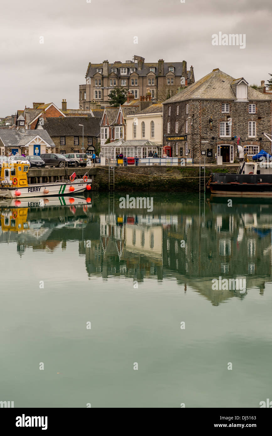 Across the harbour in Padstow to the Metropole Hotel Stock Photo