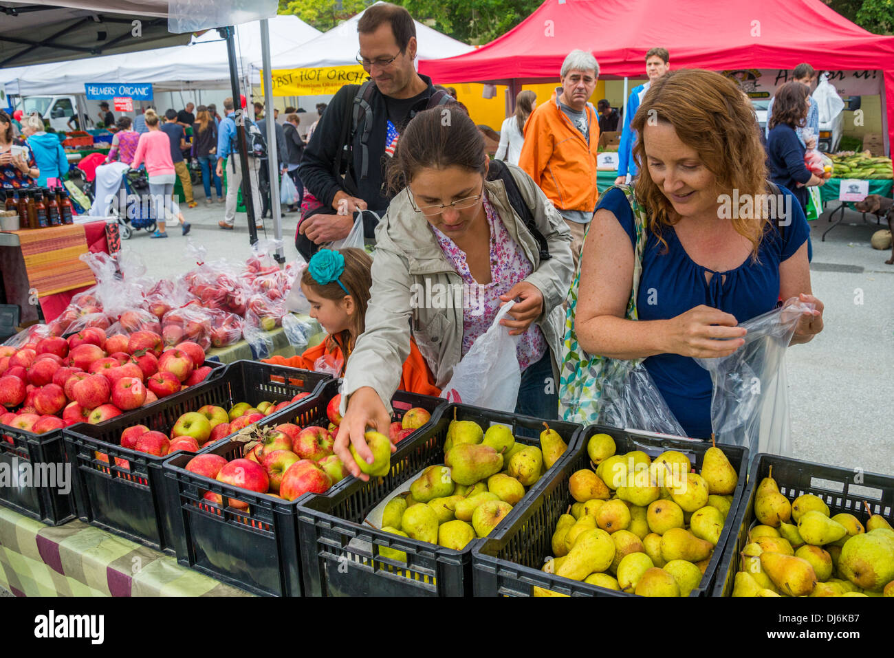 Women buying pears, Kitsilano Farmers Market, Vancouver, British Columbia, Canada - Stock Image