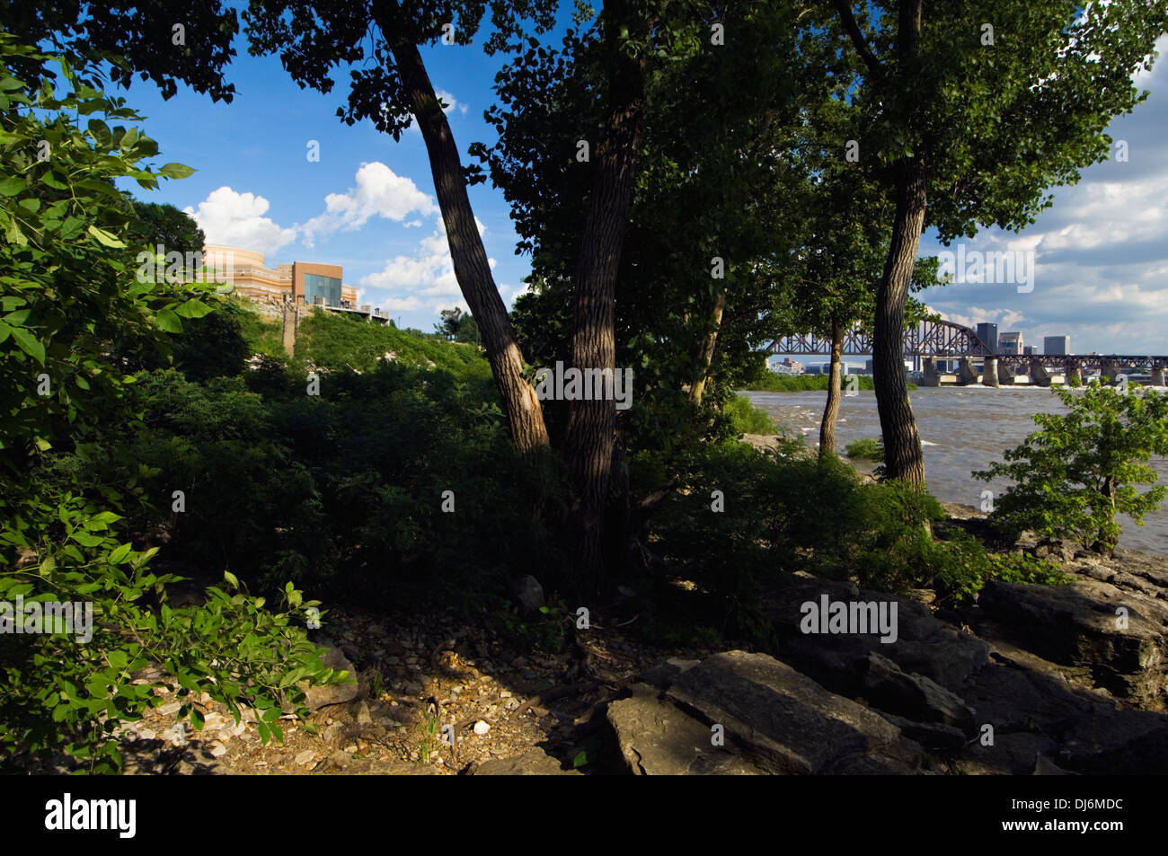 View of the Interpretive Center at Falls of the Ohio State Park with the Ohio River and the City of Louisville in the background - Stock Image