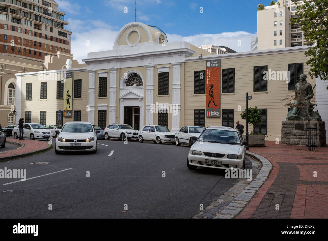 South Africa, Cape Town. Iziko Slave Lodge, formerly Government Office Building, Old Supreme Court. Statue of Jan Smuts, right. - Stock Image
