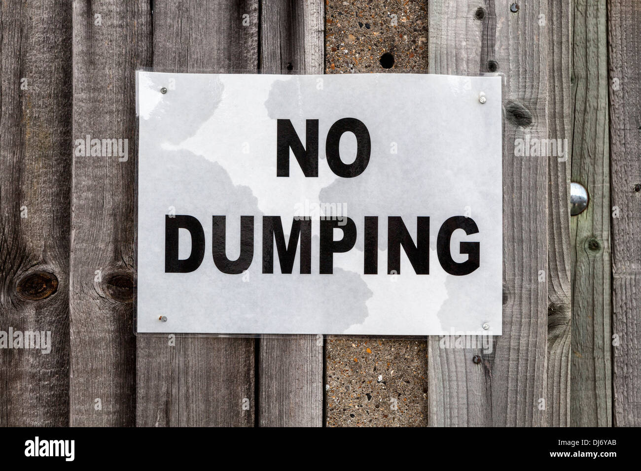 No dumping sign on a wooden fence - Stock Image