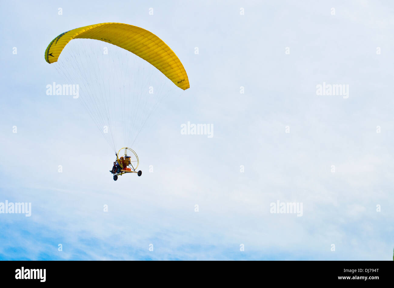 Para glide and para gliding in a clear sky - Stock Image