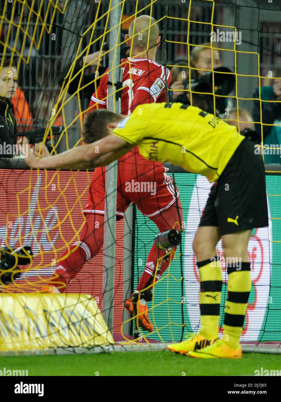 Dortmund, Germany November 23rd 2013, German Football Bundesliga Season 2013/14 matchday 13, Borussia Dortmund (BVB) vs. FC Bayern Munich (Muenchen, Munchen, FCB) 3:0 --- Eric Durm (BVB) frutrated, Arjen Robben (FCB) celebrates his goal - Stock Image