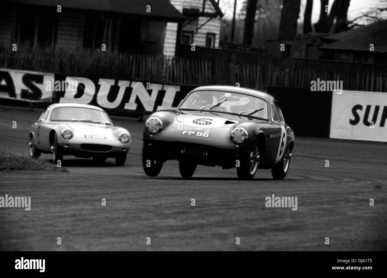 Lotus Elites Racing At Oulton Park, England 2 April 1960.   Stock Image