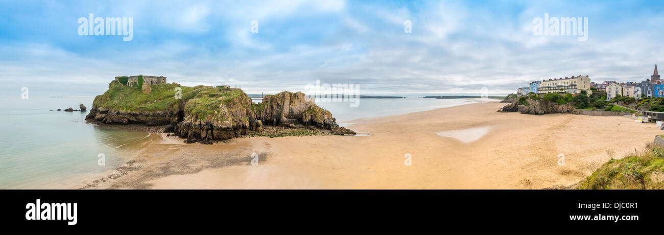 PANORAMIC VIEW OF SOUTH BEACH TENBY, PEMBROKESHIRE WITH  CALDEY ISLAND IN BACKGROUND.IN BACKGROUND Stock Photo