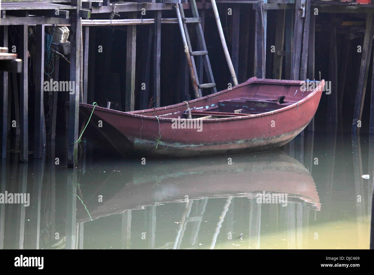 Boat in chinese fishing village Tai O, Hong Kong - Stock Image
