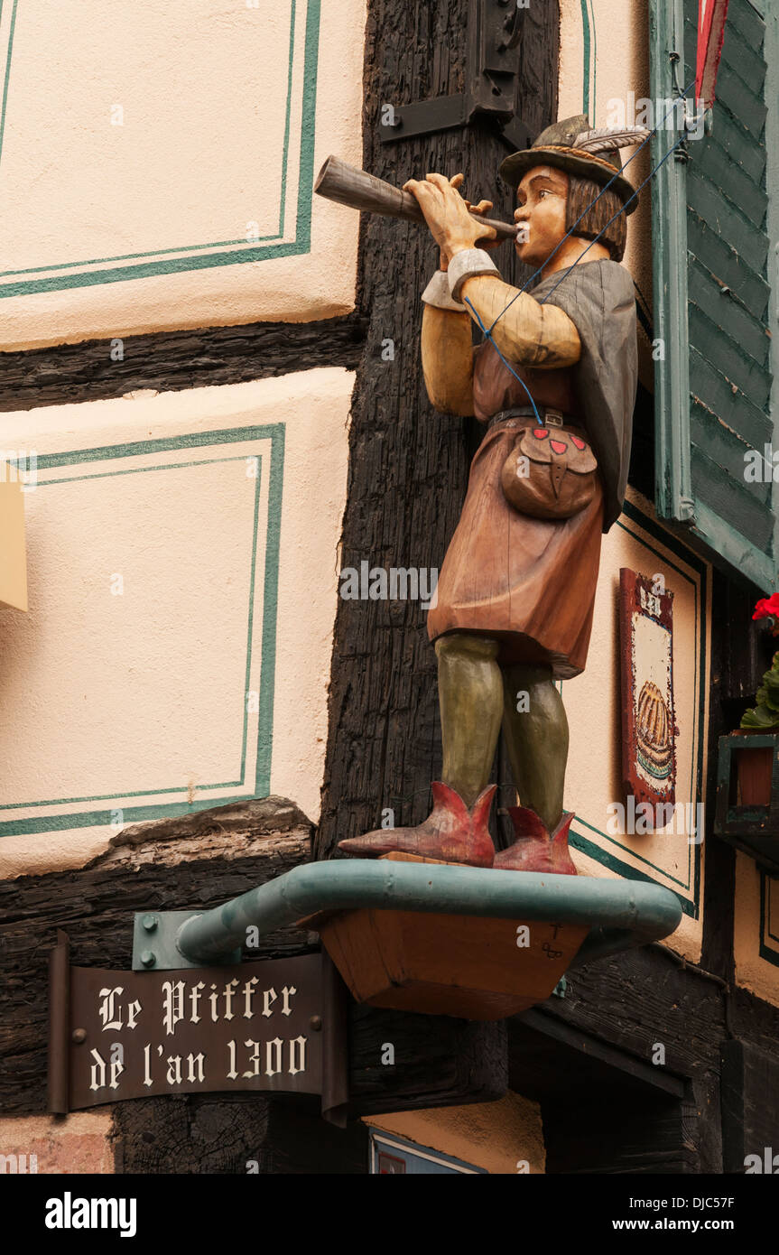 Elk213-2066v France, Alsace, Ribeauville, flute player statue - Stock Image
