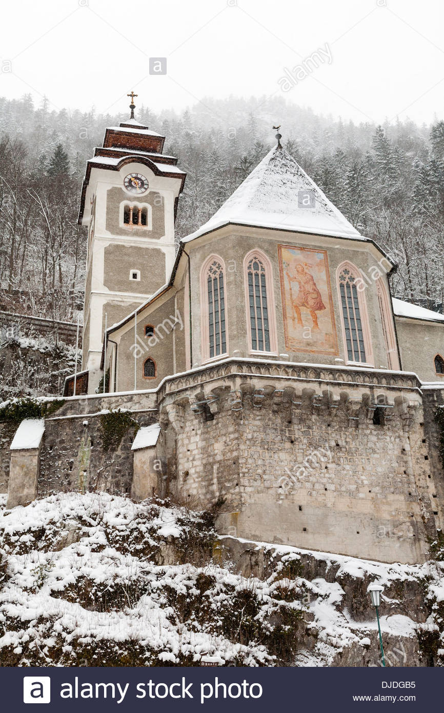 Hallstätter Pfarrkirche und Beinhaus, catholic parish church and ossuary on hillside, Hallstatt, UNESCO World Heritage Site - Stock Image