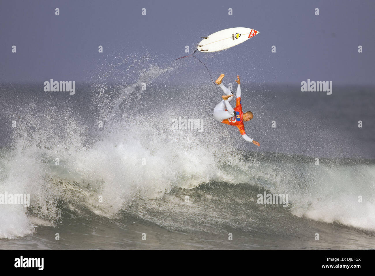 Oct 05, 2004; Mundaka, Basque Country, Spain; Six time world champion KELLY SLATER airs out the back. - Stock Image
