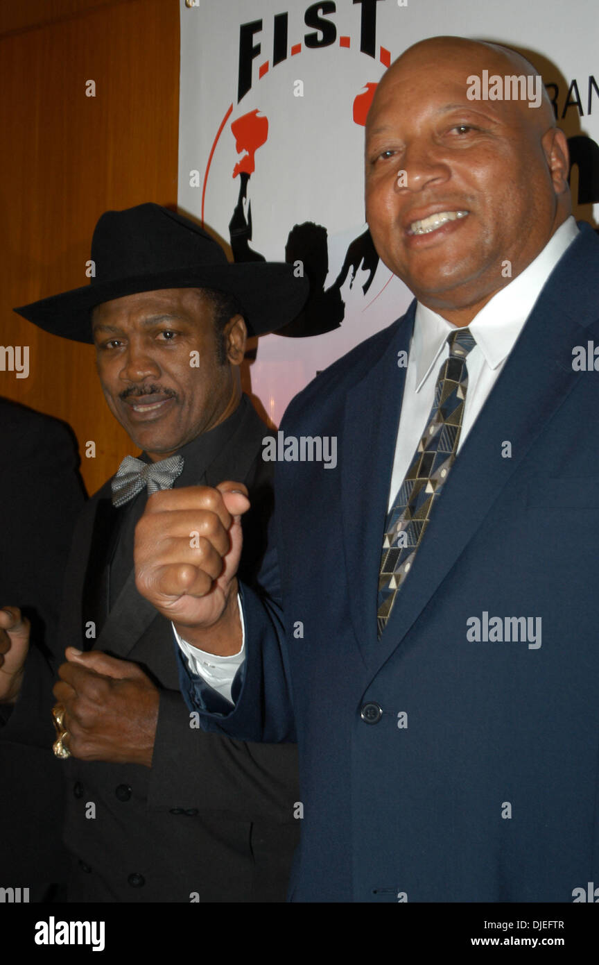 Oct 14, 2004; New York, NY, USA; 'Smokin' JOE FRAZIER & 'BONE CRUSHER SMITH' (R) at the 'Gerry Cooney FIST Fights For New York' Gala at the Hilton Hotel in New York City. - Stock Image
