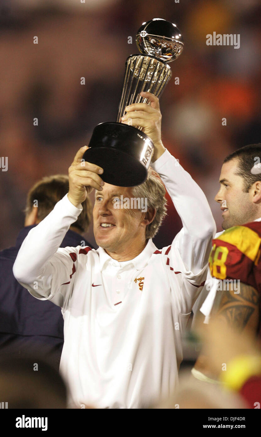 Jan 01, 2008 - Pasadena, California, USA - NCAA Football Rose Bowl: USC head Coach PETE CARROLL reacts to the USC Trojans winning the Rose Bowl  as he holds up the rosebowl trophy. USC beat Illinois 49-17. (Credit Image: ? Sean M Haffey/San Diego Union Tribune/ZUMA Press) RESTRICTIONS: * USA Tabloids Rights OUT * - Stock Image