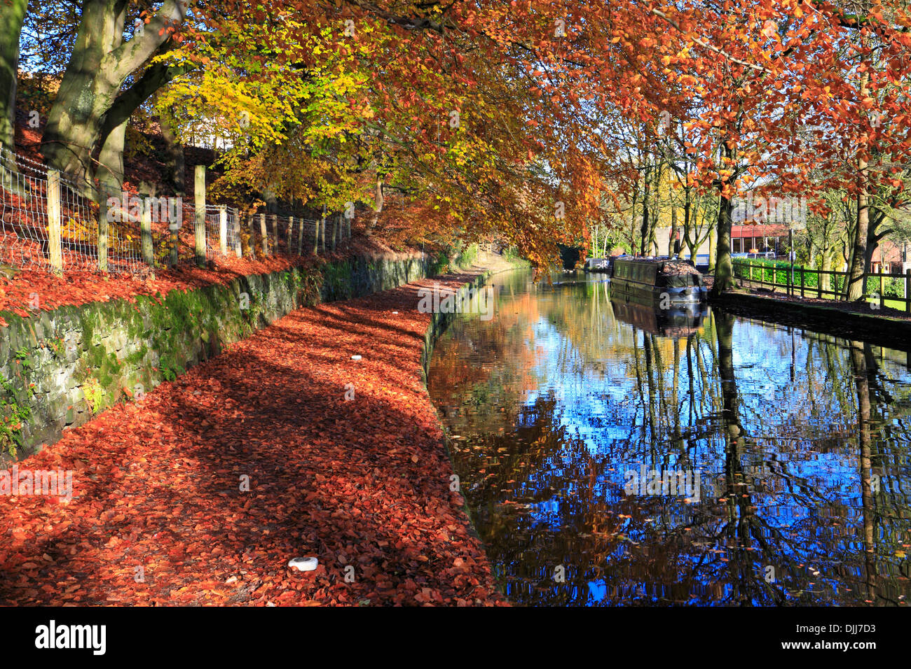 Autumn on the Huddersfield Narrow Canal, Uppermill, Saddleworth,  Oldham, Greater Manchester, Lancashire, England, UK. - Stock Image