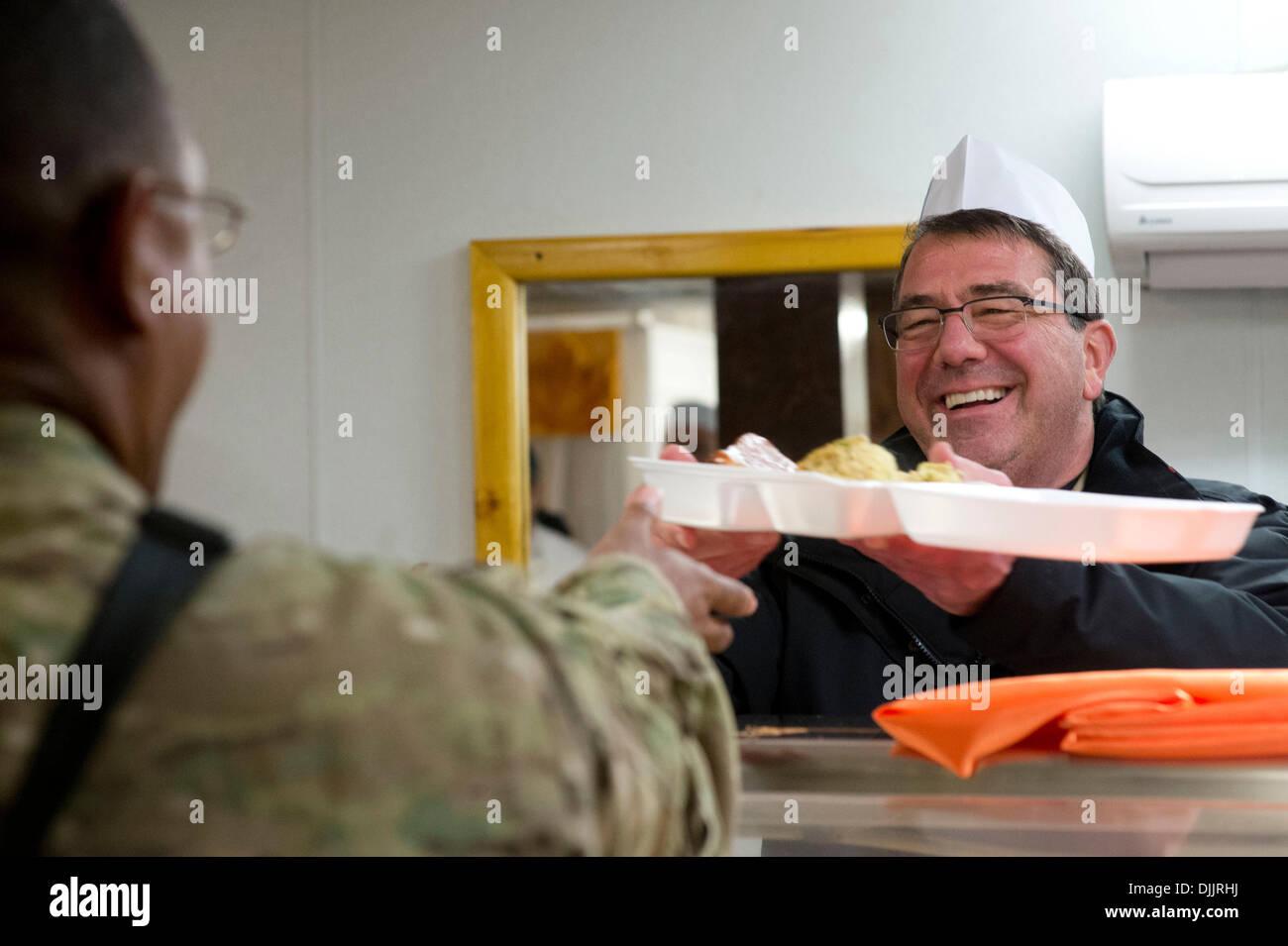 US Deputy Secretary of Defense Ashton Carter serves troops Thanksgiving dinner at Bagram Air Field November 28, 2013 in Bagram, Afghanistan. - Stock Image
