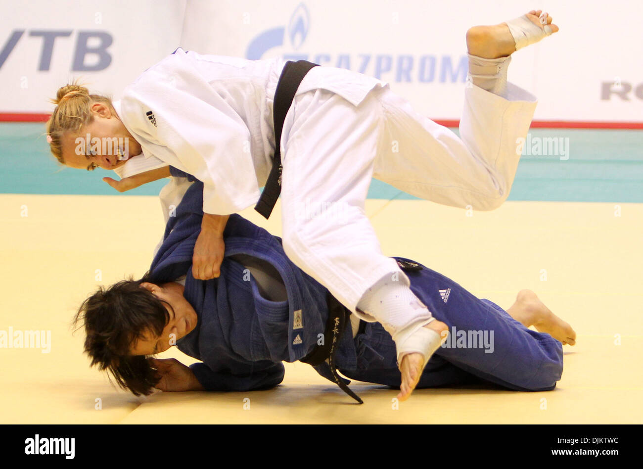 Sep 12, 2010 - Tokyo, Japan - ALINA DUMITRU of Romania and JUNG-YEON CHUNG of Korea compete in a Women -48kg match during the World Judo Championships Tokyo 2010 at the Yoyogi National Gymnasium in Tokyo, Japan. DUMITRU came 3rd in this competition. (Credit Image: © Junko Kimura/Jana/ZUMApress.com) - Stock Image