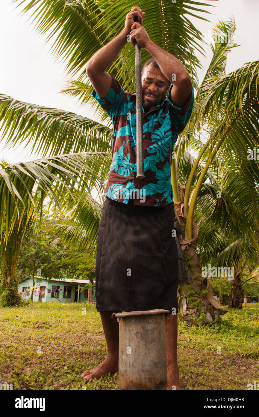 Mosese Ragutulei pounding kava during a farewell  for five divers who had been  diving for sea cucumbers in Fulaga lagoon,  Fiji - Stock Image