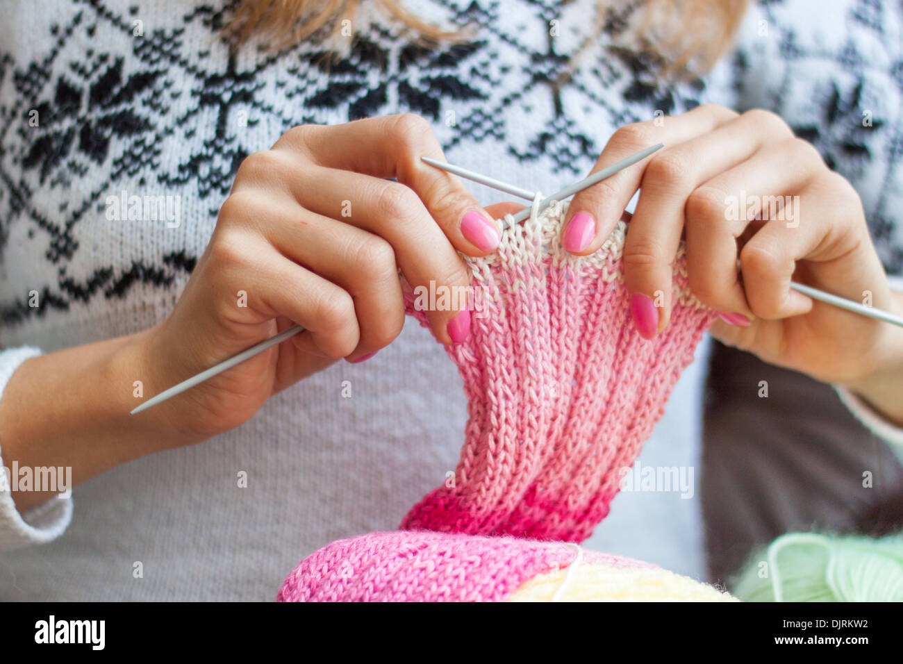 knitting hands 'knitting needles' girl woman closeup stitches crafts - Stock Image