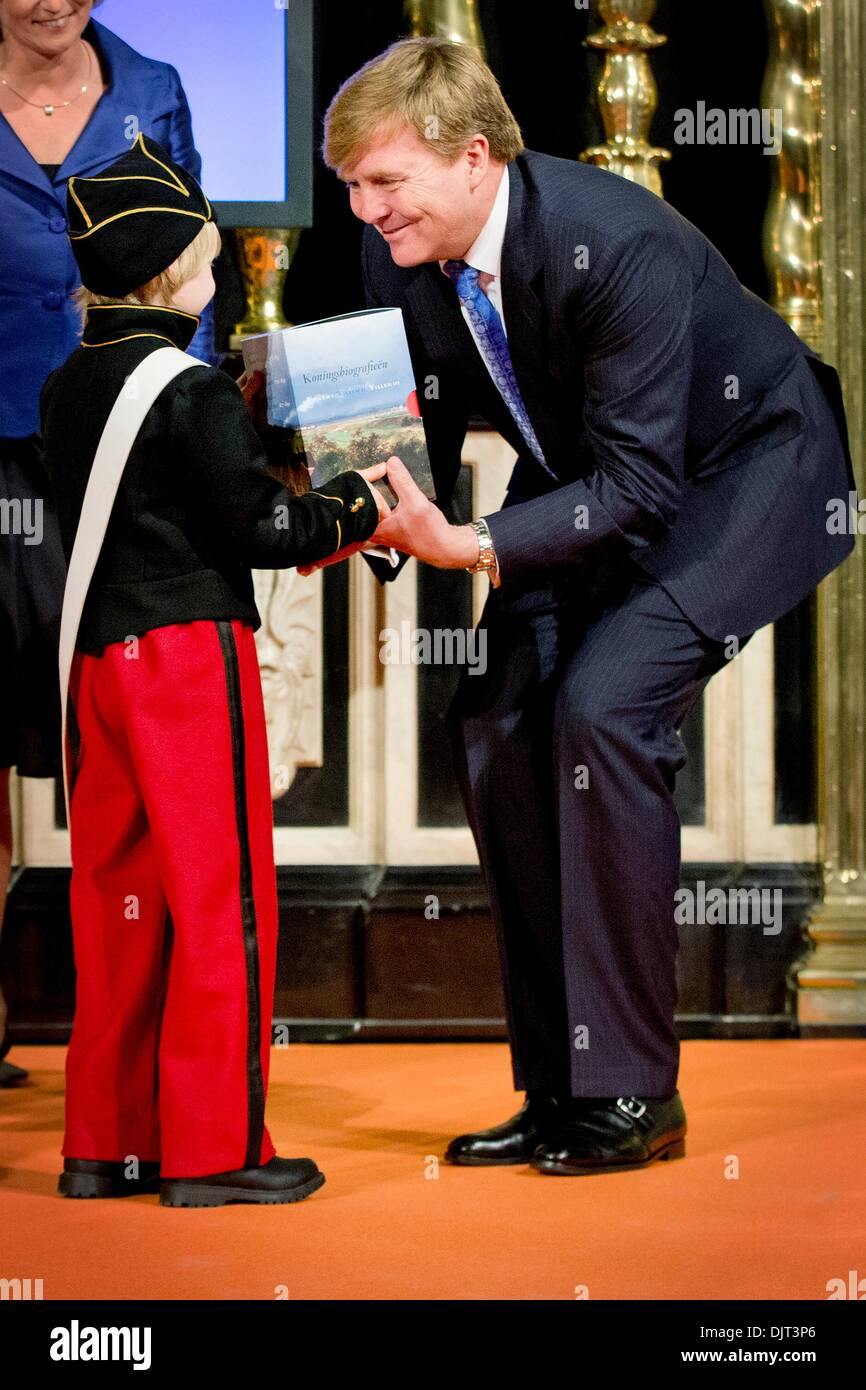 Amsterdam, The Netherlands. 29th Nov, 2013. King Willem-Alexander of The Netherlands receives the first set of biographies Stock Photo